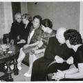 Auf dem Luhrmann-Hofvon links:  Elis.Luhrmann, NN, Anni Spelbrink, Dörchen Anders, Berner, Luzie Luhrmann