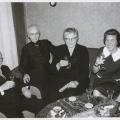 Auf dem Luhrmann-Hof: von links: Ehepaar Josef und Elisabeth Luhrmann geb. Berner, NN,Schwiegertochter Leni Luhrmann geb. Spelbrink verw. Peters